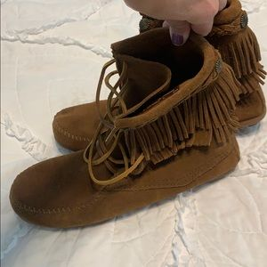 Great condition lace up Minnetonka moccasins